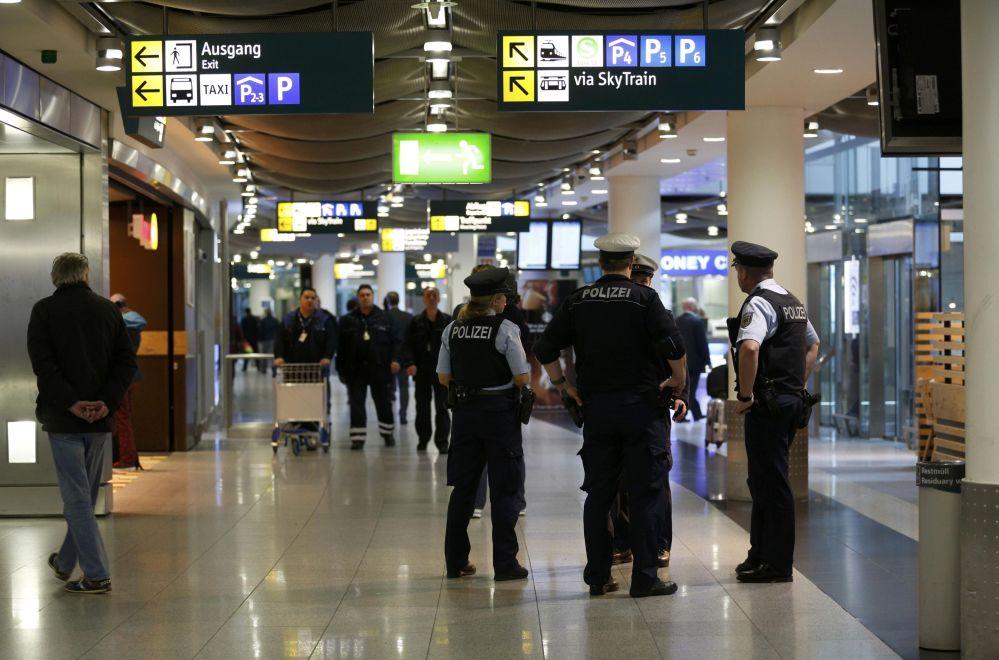 Poliziotti all'aeroporto di Dusseldorf