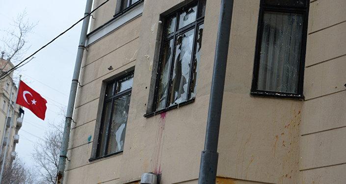 La facciata dell'ambasciata turca a Mosca imbrattata