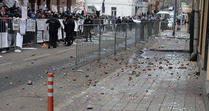 La polizia tiene a bada i manifestanti davanti all'ambasciata turca a Mosca