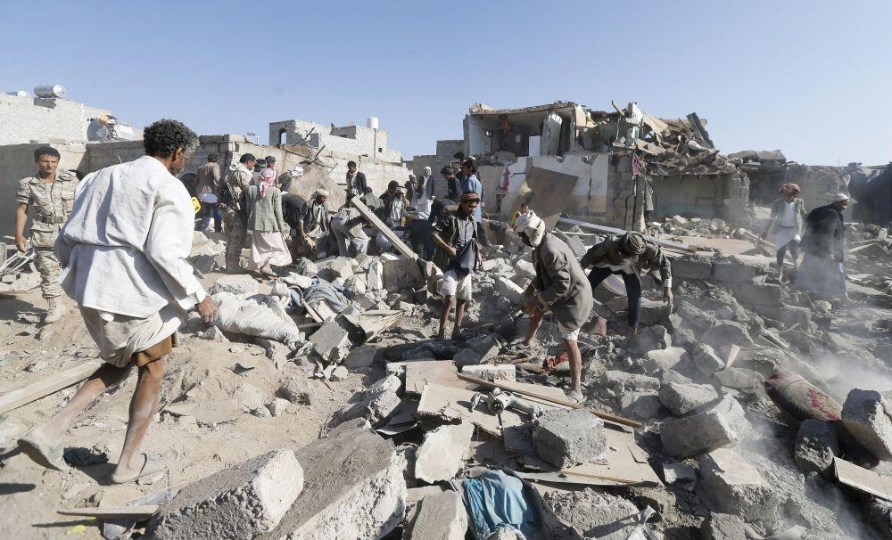 Distruzione a Sanaa dopo il bombardamento della notte.
