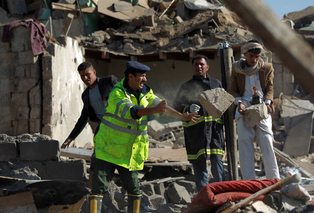 Raccolta delle macerie dopo il raid notturno su Sanaa.
