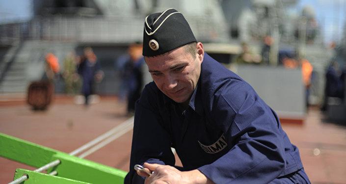Marinaio russo sulla nave atomica Pietro il Grande