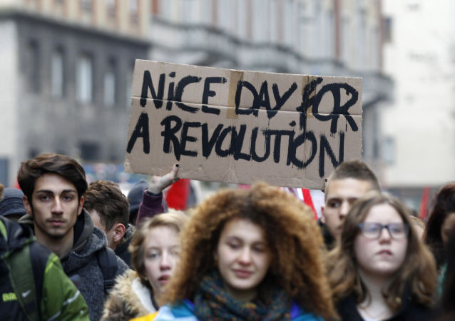 """Le manifestazioni in 7 città contro il disegno di legge sulla riforma della scuola. Le tre principali sigle sindacali riunite dopo 10 anni per dire no alla """"Buona Scuola""""."""