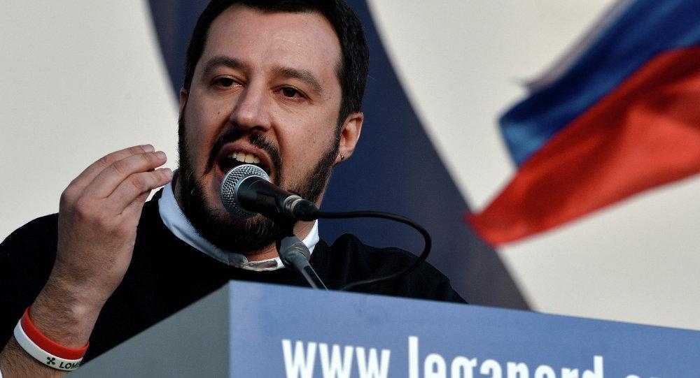 Matteo Salvini a Mosca srotola striscione per il No e rischia arresto