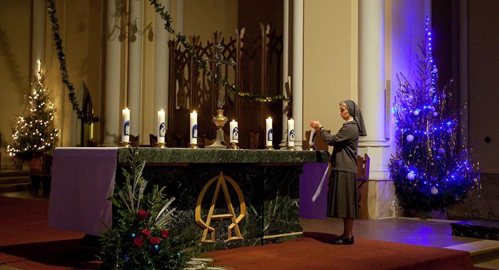Preparazioni alla messa natalizia nel cattadrale dell'Immacolata Concezione a Mosca