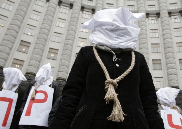Proteste a Kiev davanti il Parlamento contro austerity