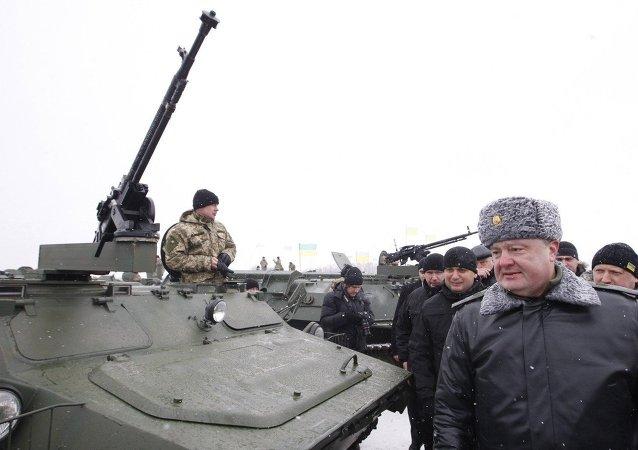 Presidente Petr Poroshenko visita base militare ucraina