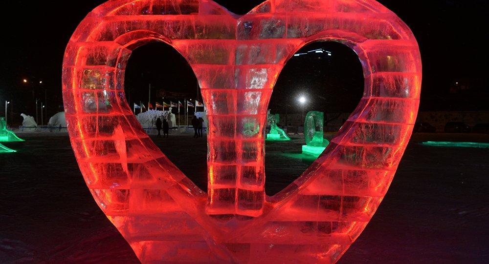 Scultura di ghiaccio a forma di cuore, a Perm