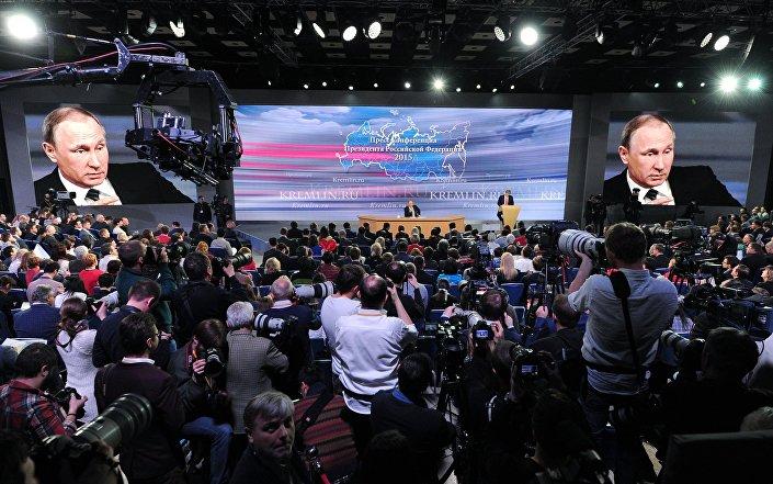 Il presidente Putin durante la conferenza stampa di fine anno di fronte alla folta platea di giornalisti