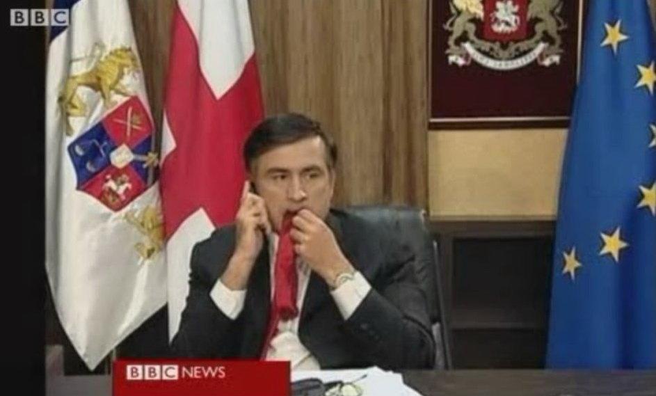 Saakashvili si mangia la cravatta, un immagine simbolo dell'escalation tra Georgia e Russia nel 2008