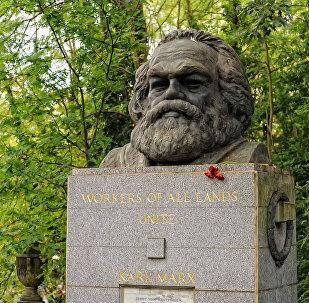 Il monumento alla tomba di Karl Marx a Londra.
