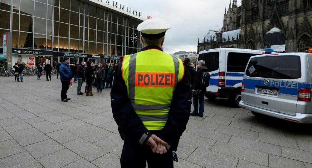 Немецкий полицейский напротив центрального железнодорожного вокзала и собора в Кельне, Германия