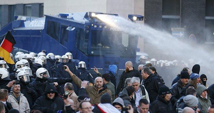 Cannoni ad acqua contro manifestanti anti-clandestini a Colonia