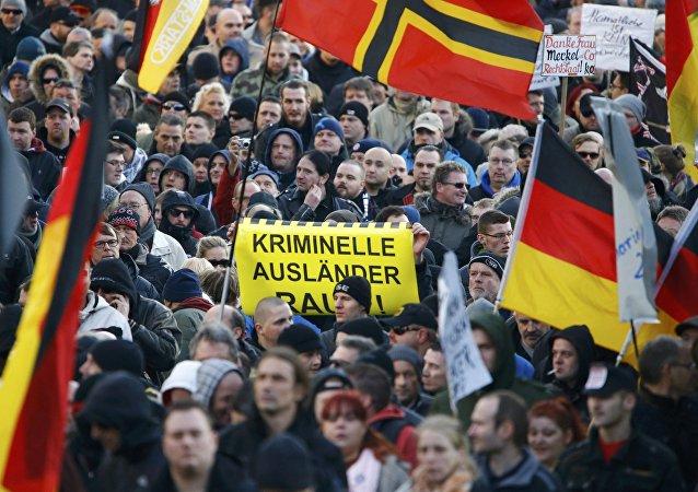 Le proteste di Pegida a Colonia, Germania, il 9 gennaio, 2016. Scritta sul cartello Stranieri clandestini fuori!.