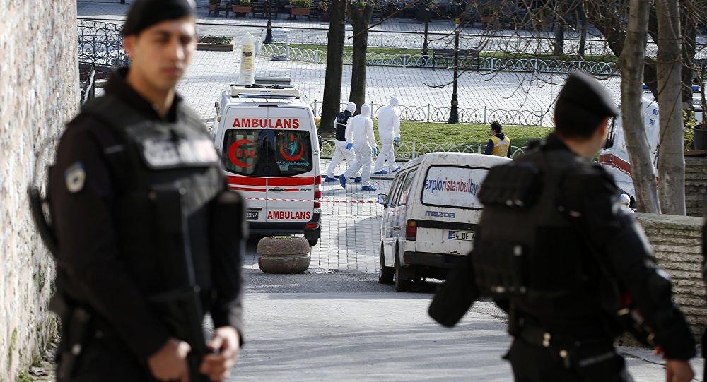 Polizia protegge il luogo dell'attentato suicida nel centro turistico di Istanbul