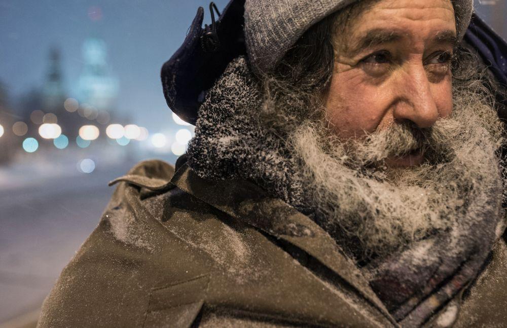 Un uomo durante la nevicata a Mosca.