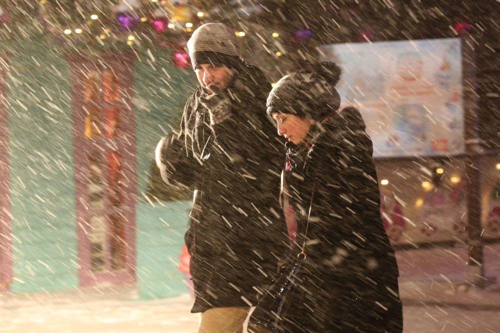 Passanti al Strastnoy boulevard durante la nevicata a Mosca.