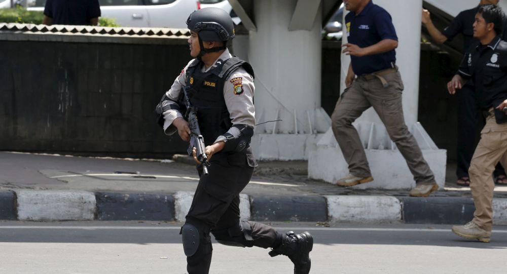 Agenti di polizia all'luogo dell'attentato terroristico a Giacarta, Indonesia (foto d'archivio)