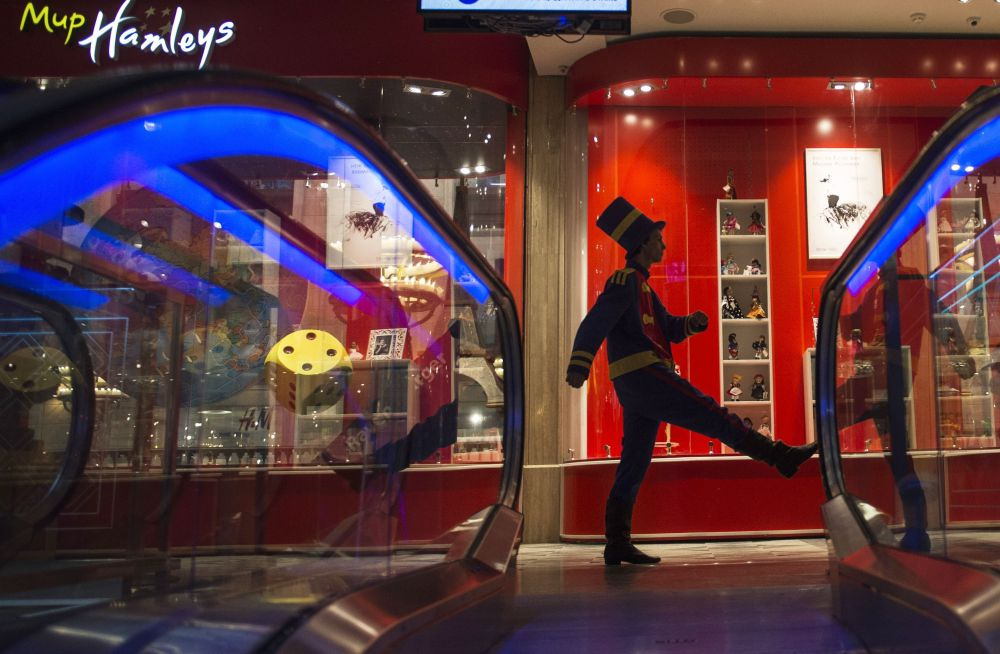 Una guardia cammina al passo dell'oca nel negozio Detsky Mir di Mosca.