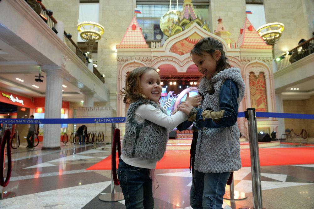 Due bambine giocano all'inaugurazione del negozio Detsky Mir.