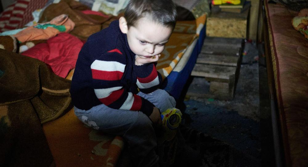 Il bambino di 3 anni in nascondiglio sotterraneo a Donbass