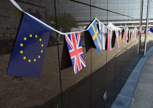 Bandiere sulla facciata della sede della Commissione Europea