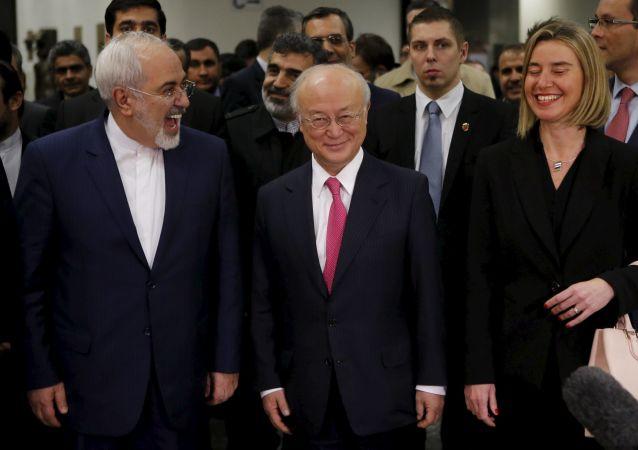 Mohammad Zarif (Iran), Yukiya Amano (AIEA) e Federica Mogherini (UE)
