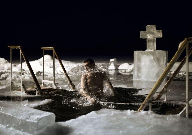 Il Battesimo, insieme alla Pasqua, è una delle più antiche feste cristiane. Bagni in un lago presso il monastero Valday Iversky a Valday, Russia.