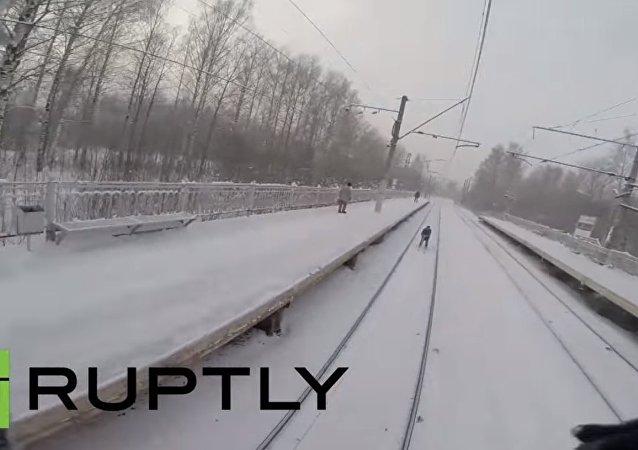 Ragazzi russi a uovo dietro a un treno
