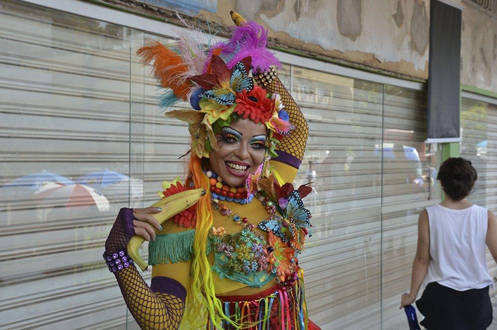 Una figurante della scuola di samba Maria Vai Casoutras