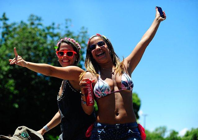 Due ballerine del gruppo Quizomba, uno dei 40 che sfileranno al sambodromo di Rio nel Carnevale