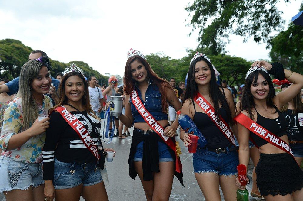 Un gruppo di ragazze ad una sfilata preparatoria del Carnevale a Brasilia