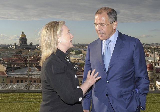 Sergej Lavrov ed Hillary Clinton durante i negoziati del reset a San Pietroburgo nel 2012