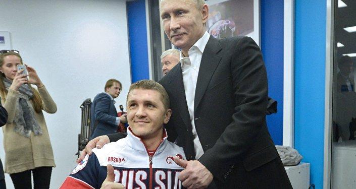 Il presidente Putin insieme al sei volte campione paralimpico Roman Petrushkov