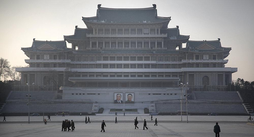 Cittadini nordcoreani passeggiano sulla piazza dedicata a Kil Il Sung a Pyongyang