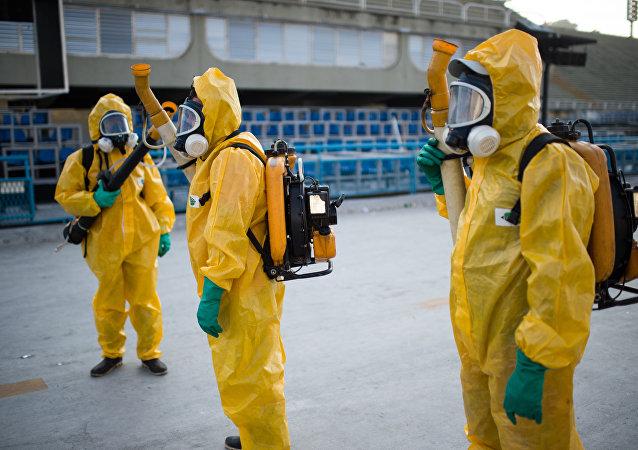 Agenti municipali spruzzano chimici contro il virus Zika a Rio de Janeiro