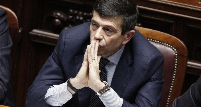 L'ex ministro Lupi, non indagato, è stato costretto alle dimissioni, mentre Azzolini è ancora un senatore della Repubblica