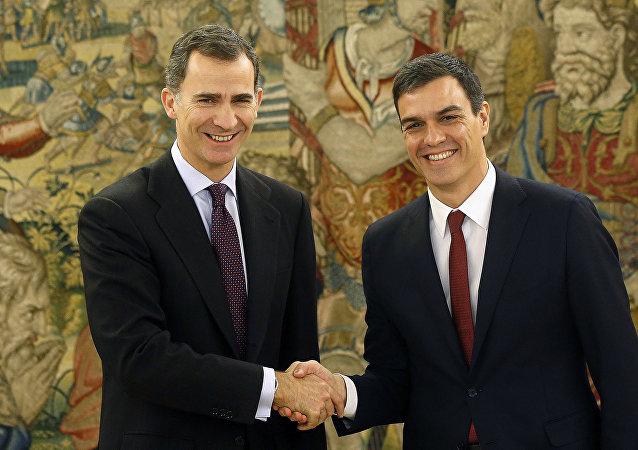 Il re di Spagna Filippo VI e Pedro Sanchez, leader del partito socialista spagnolo