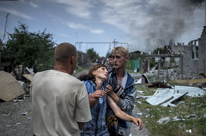 Civili di Lugansk dopo un bombardamento