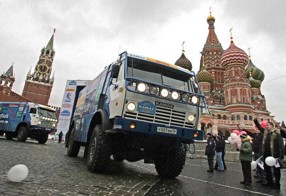 Un camion della squadra russa KAMAZ-Master nella Piazza Rossa prima della pertenza per il rally Lisbona-Dakar 2006.
