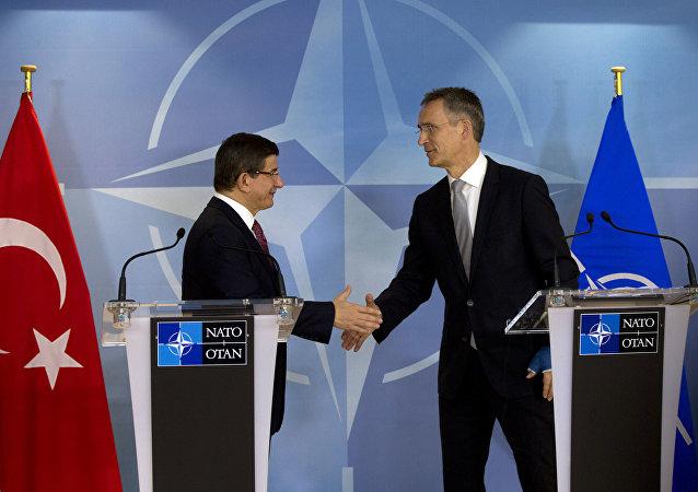 Premier turco Ahmet Davutoglu e il segretario generale NATO Jens Stoltenberg (foto d'archivio)