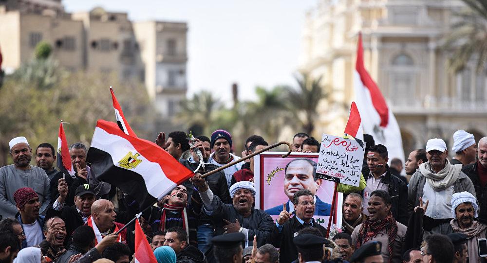 Manifestanti filogovernativi in piazza al Cairo nel 5° anniversario della rivolta del 2011