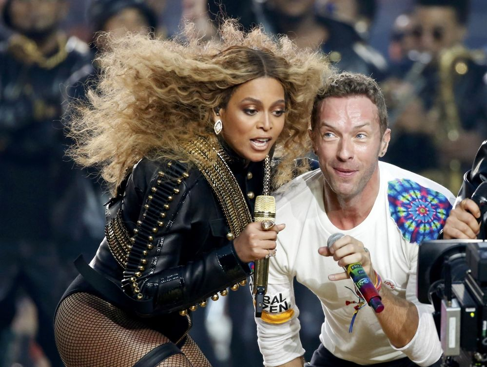 Beyonce e Chris Martin di Coldplay cantano al Campionato NFL in California.