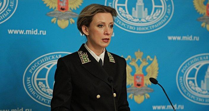 Maria Zakharova indossa la divisa ufficiale dei diplomatici russi nel corso dell'ultimo briefing con la stampa