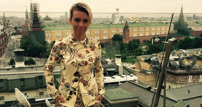 Maria Zakharova, foto con vista sul Cremlino