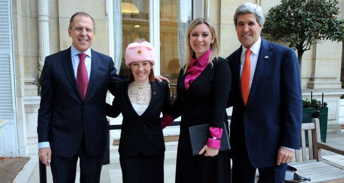 Il portavoce del Ministero degli Esteri russo Maria Zakharova e sua analoga americana Jennifer Psaki insieme ai Ministri Sergey Lavrov e John Kerry.
