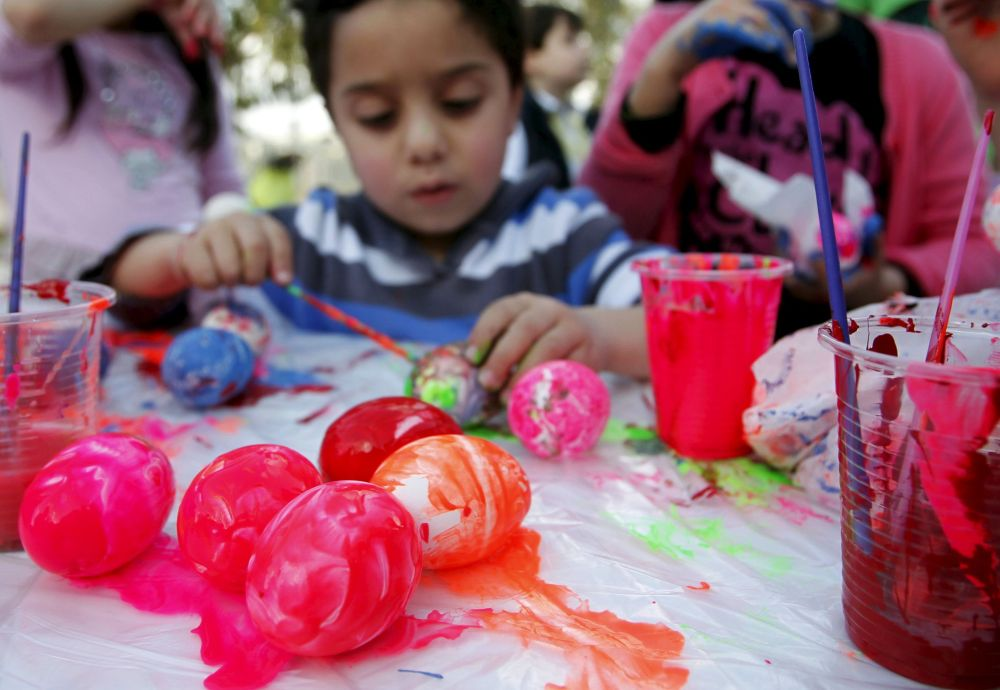 Un bambino dipinge le uova nella città libanese di Abra.