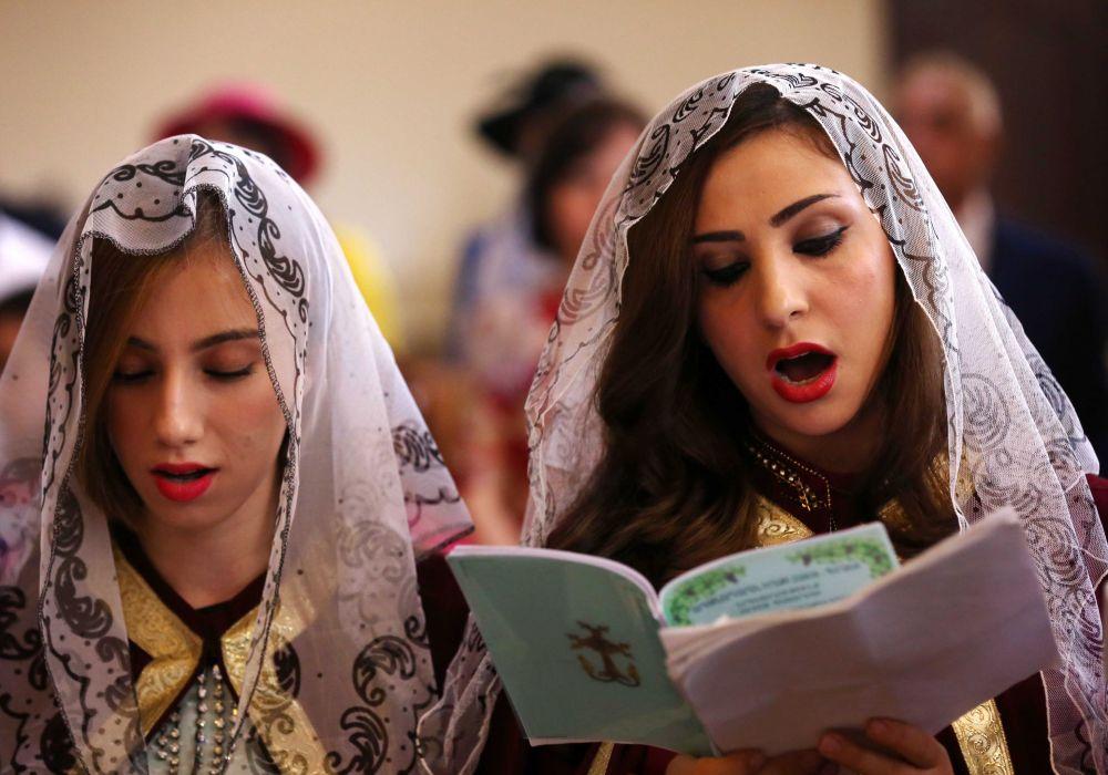 Due fedeli cattoliche armene durante la celebrazione della Pasqua ad Arbil, Iraq.