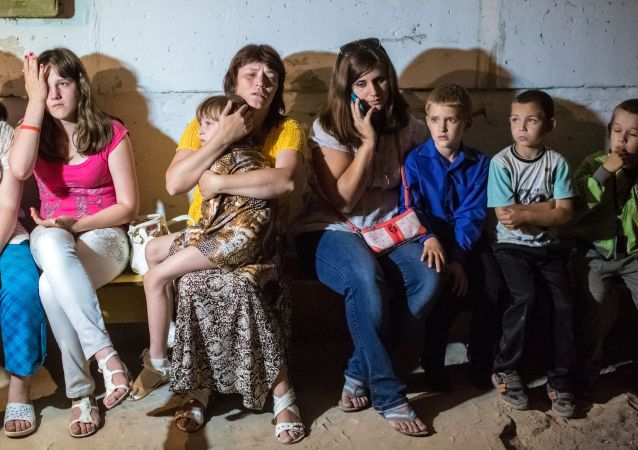 Studenti di una scuola di Slavyansk si rifugiano nei sotterranei durante un bombardamento.