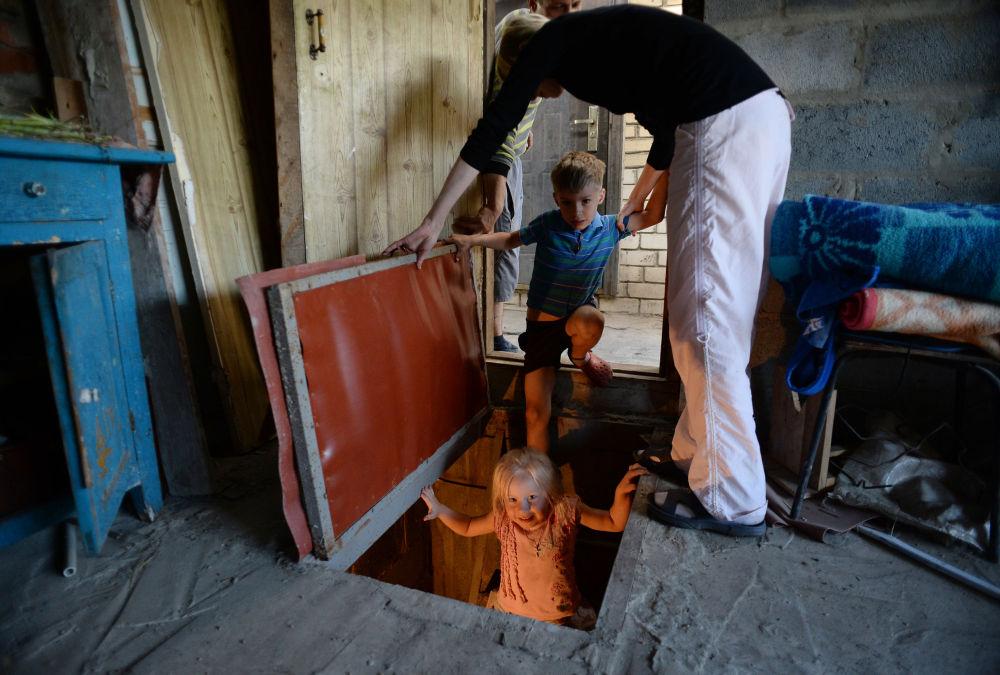 Una famiglia costretta a scendere nei sotterranei della loro abitazione.